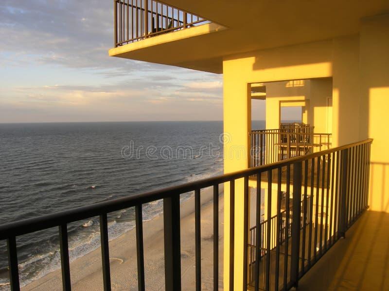 阳台海滩公寓房 免版税库存照片