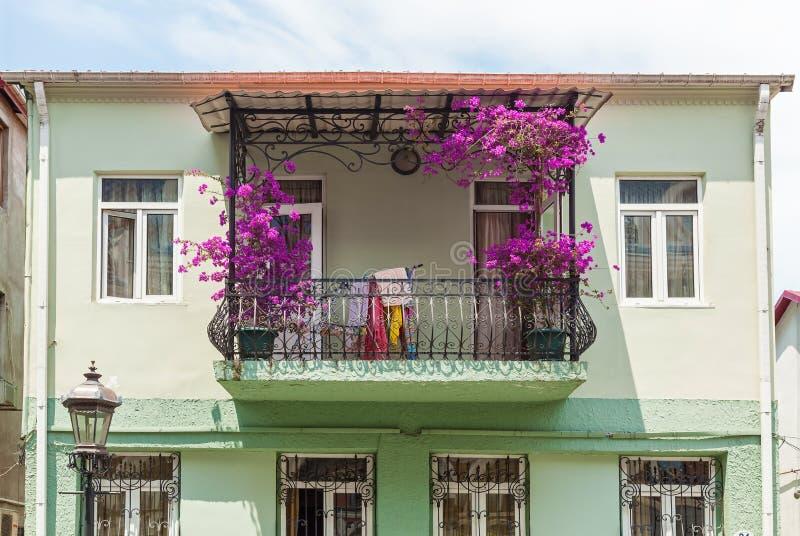 阳台用紫色花装饰 图库摄影