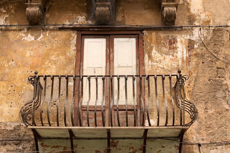 阳台的典型的看法在历史的城市 老房子 巴勒莫 西西里岛 免版税库存图片
