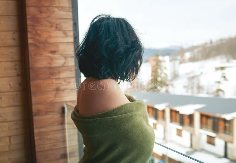 阳台的深色的妇女 免版税库存照片