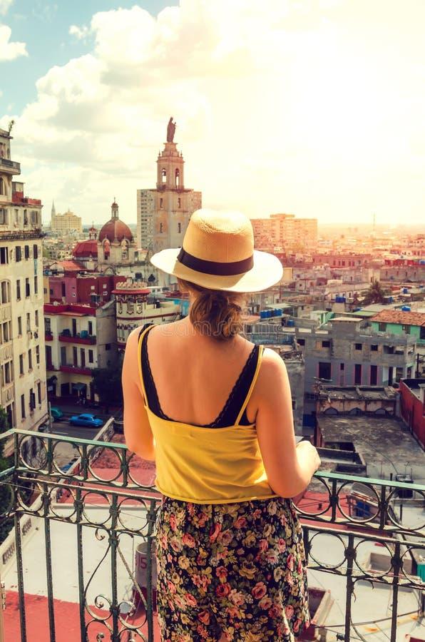 阳台的白肤金发的女孩 免版税图库摄影