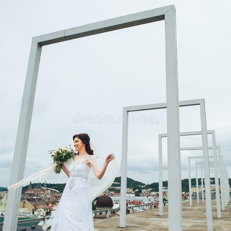 阳台的美丽的新娘在她的婚礼之日 免版税库存照片