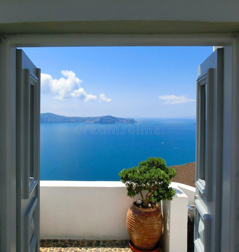 从阳台的美好的海视图 大厦希腊小山海岛santorini 免版税库存照片