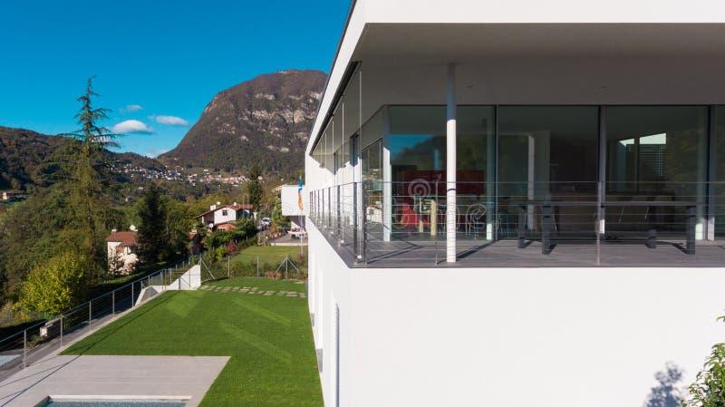 阳台细节一栋现代别墅的 库存照片