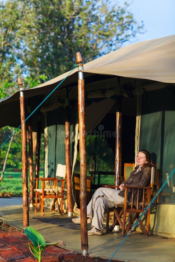 阳台美好的衣裳夫妇寄宿国家观察的公园徒步旅行队坦桑尼亚tarangire假期年轻人 免版税库存图片