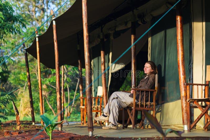 阳台美好的衣裳夫妇寄宿国家观察的公园徒步旅行队坦桑尼亚tarangire假期年轻人 库存图片
