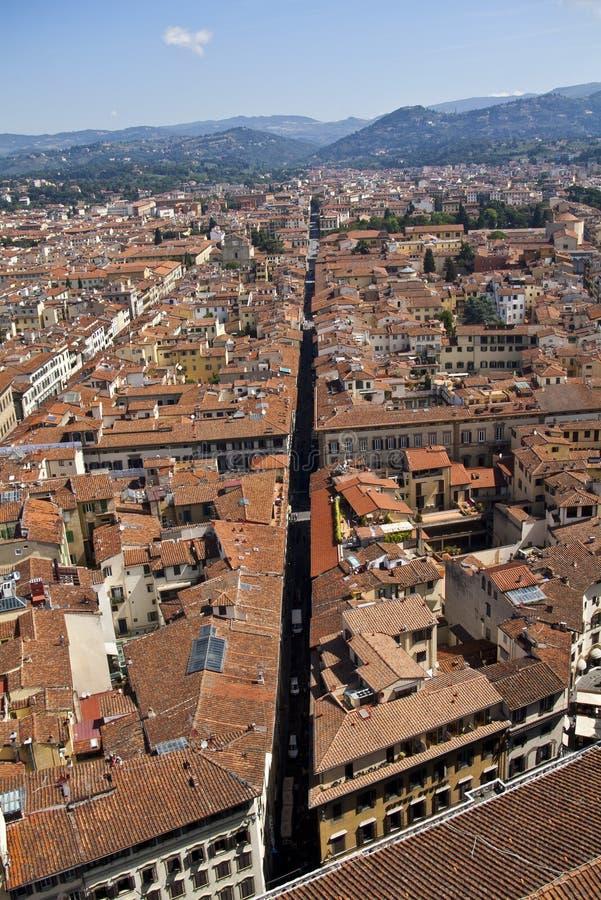 阳台蓝色大厦城市中央寺院佛罗伦萨大厅屋顶被看见的天空 图库摄影