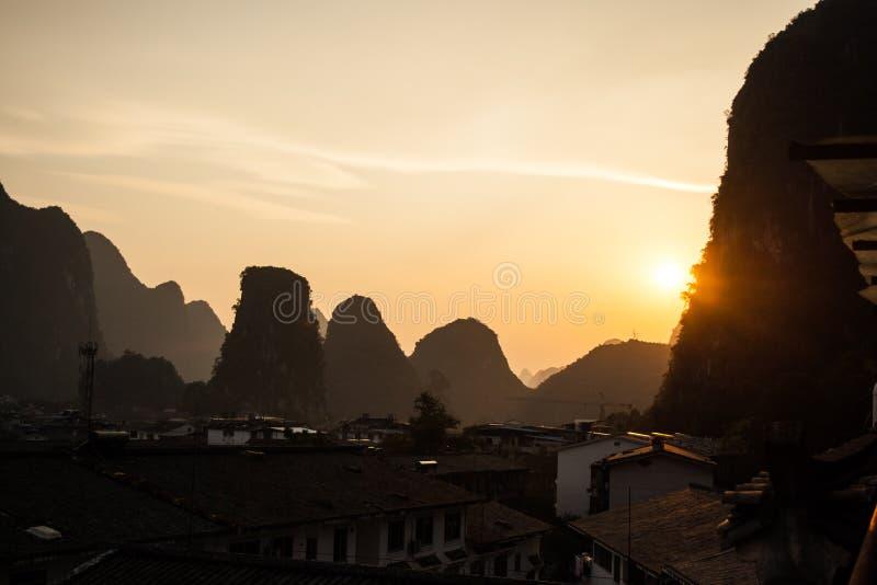 阳朔,中国多山风景异乎寻常的亚洲日落旅行 免版税图库摄影