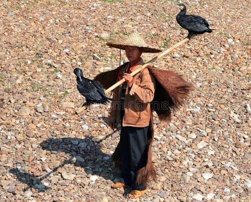 阳朔,中国- 2007年11月5日:有两鸬鹚的中国渔夫 免版税库存图片
