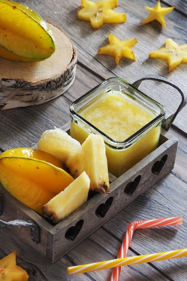 阳桃和菠萝汁 库存图片