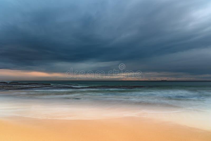阴云密布和美丽-清早海景 库存照片