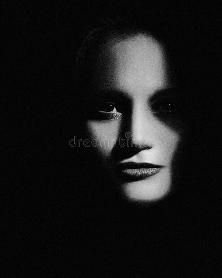 阴影中的希登 恐怖电影风格女性肖像 库存照片
