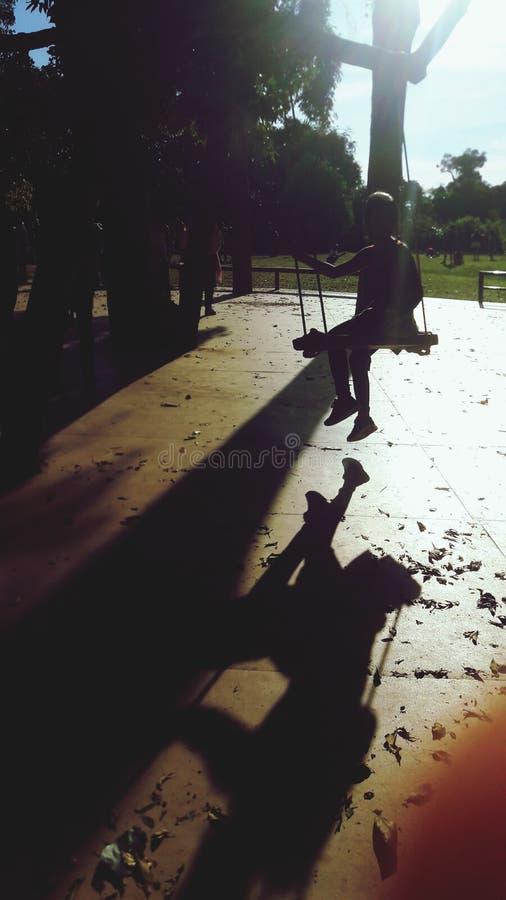 阴影的孩子在阳光下 免版税库存照片