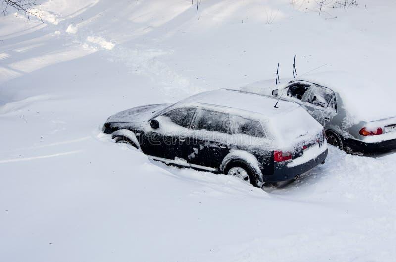 阴暗自然灾害冬天,飞雪,大雪被麻痹的城市汽车路,崩溃 积雪的旋风 库存照片