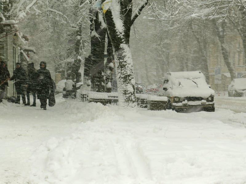 阴暗自然灾害冬天,飞雪,大雪被麻痹的城市汽车路,崩溃 积雪的旋风 免版税库存照片
