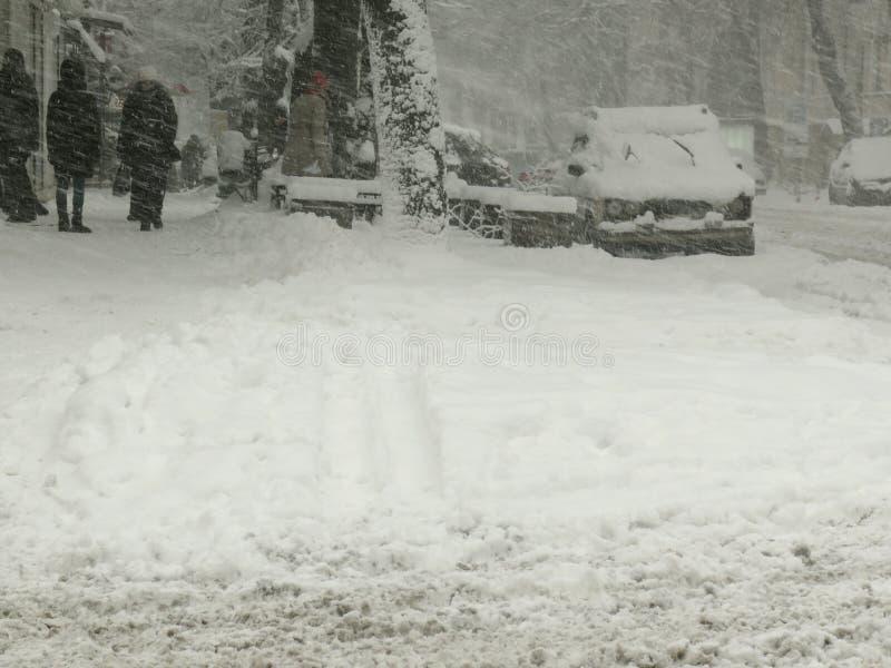阴暗自然灾害冬天,飞雪,大雪被麻痹的城市汽车路,崩溃 积雪的旋风 图库摄影