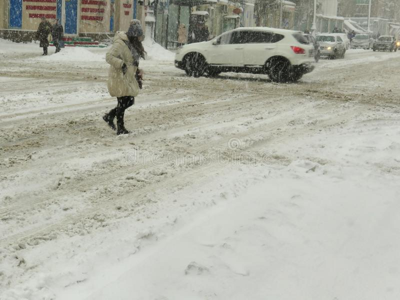 阴暗自然灾害冬天,飞雪,大雪被麻痹的城市汽车路,崩溃 积雪的旋风 库存图片
