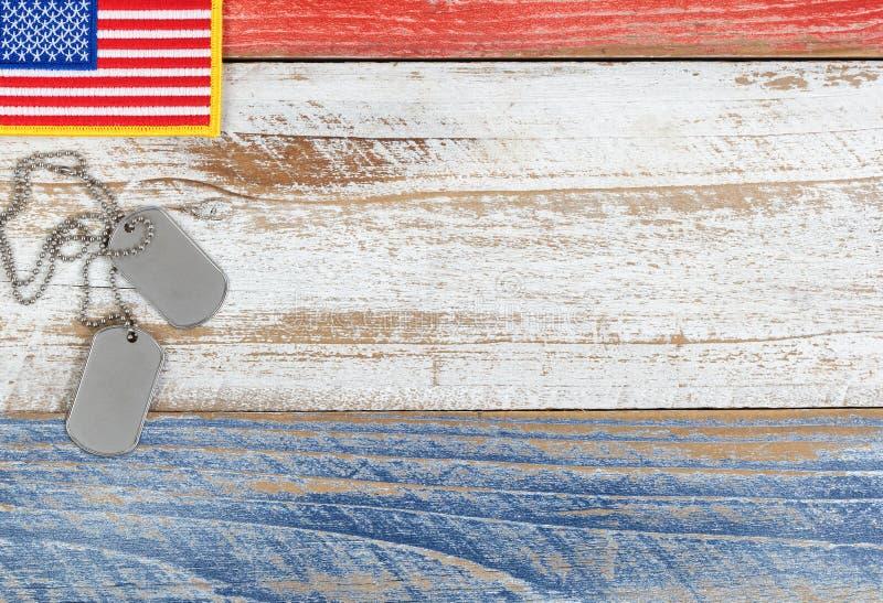 阵亡将士纪念日或狩医的红色,白色和蓝色小美国国旗 免版税库存照片