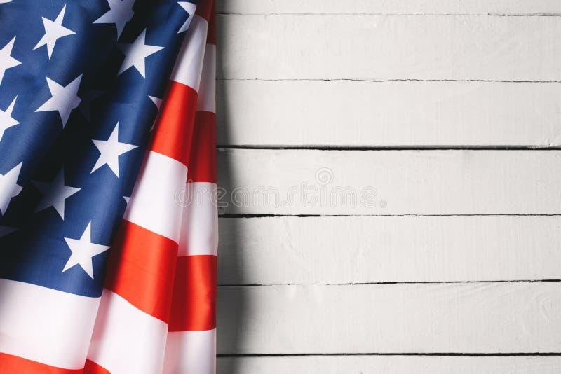 阵亡将士纪念日或退伍军人` s天背景的红色,白色和蓝色美国国旗 库存照片