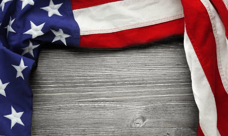 阵亡将士纪念日或退伍军人` s天背景的美国国旗 库存照片