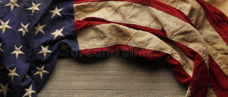 阵亡将士纪念日或退伍军人` s天背景的葡萄酒美国国旗 免版税库存照片