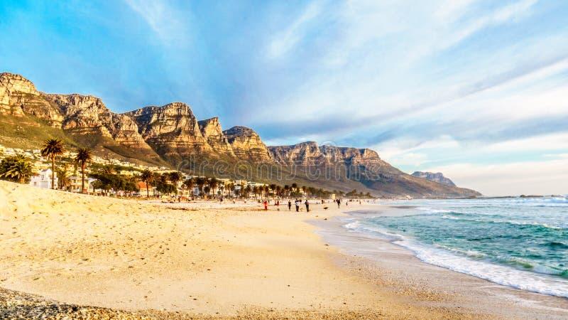 阵营在开普敦南非附近的海湾海滩十二位传道者的脚的 免版税库存图片