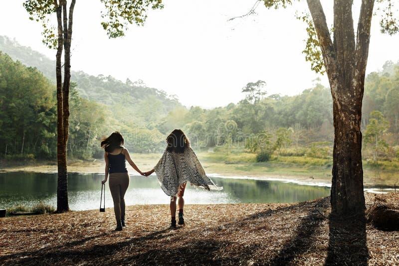 阵营森林冒险旅行放松概念 库存照片