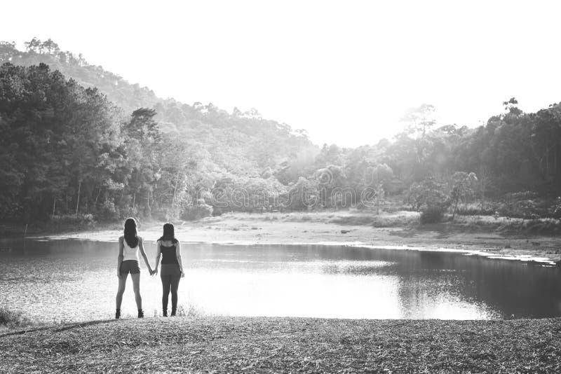 阵营森林冒险旅行放松概念 免版税库存图片