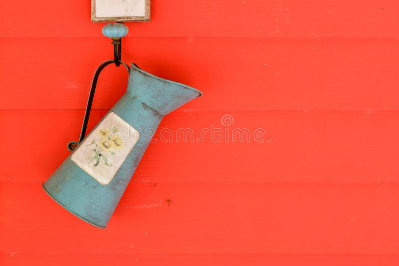 阵雨在农厂吊的水树在墙壁上 免版税库存图片