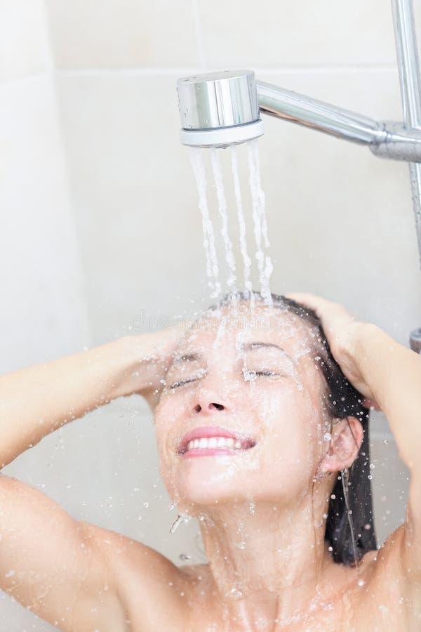 阵雨洗涤的妇女 库存图片