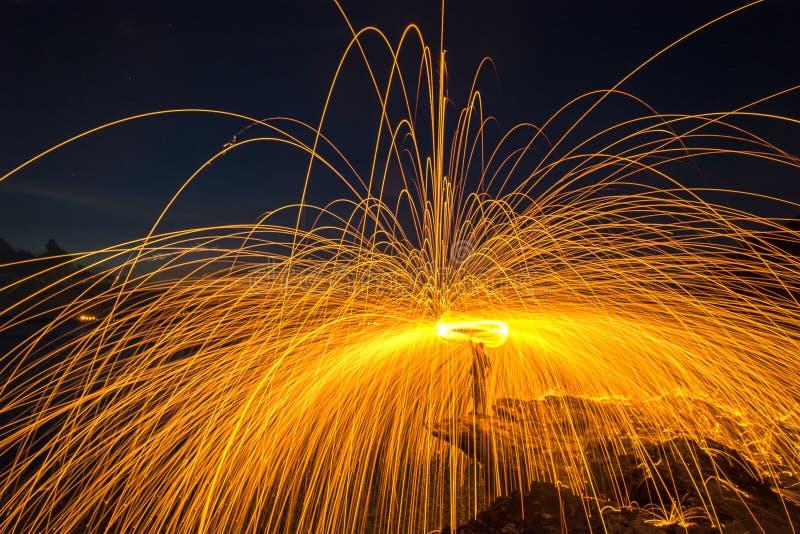 阵雨热发光从在岩石的转动的钢丝绒发火花 库存照片