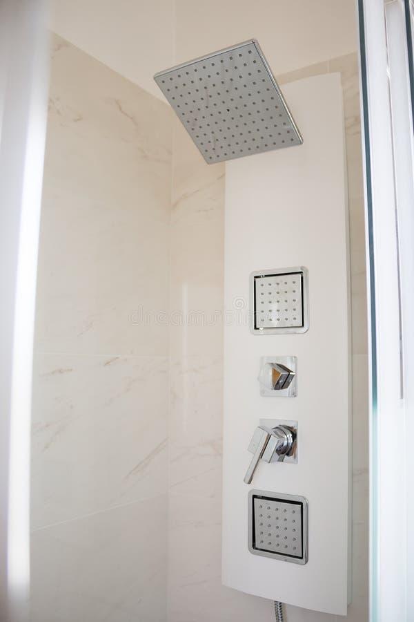 阵雨龙头卫生间朴素、洁净和舒适,概念 免版税库存照片
