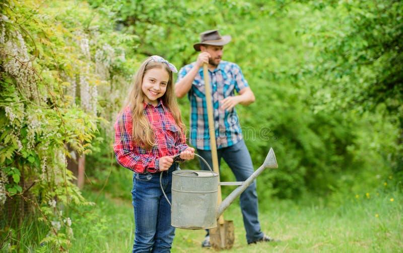 阶段月亮帮助确定最佳的时间植物庭院 r 种植植物的家庭爸爸和女儿 免版税库存图片