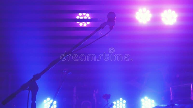 阶段照明设备、设备、射线和话筒在夜总会站立 图库摄影