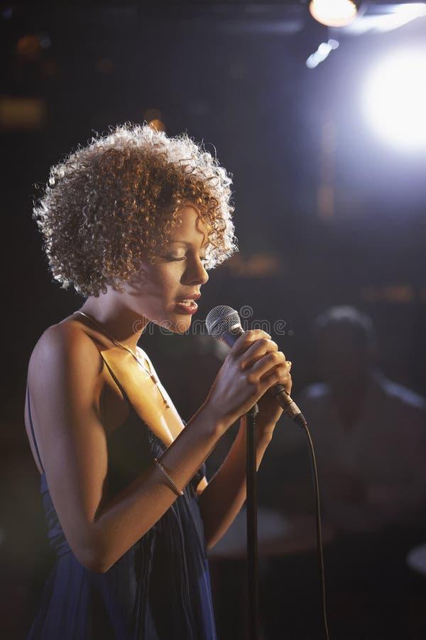 阶段的女性爵士乐歌手 库存图片