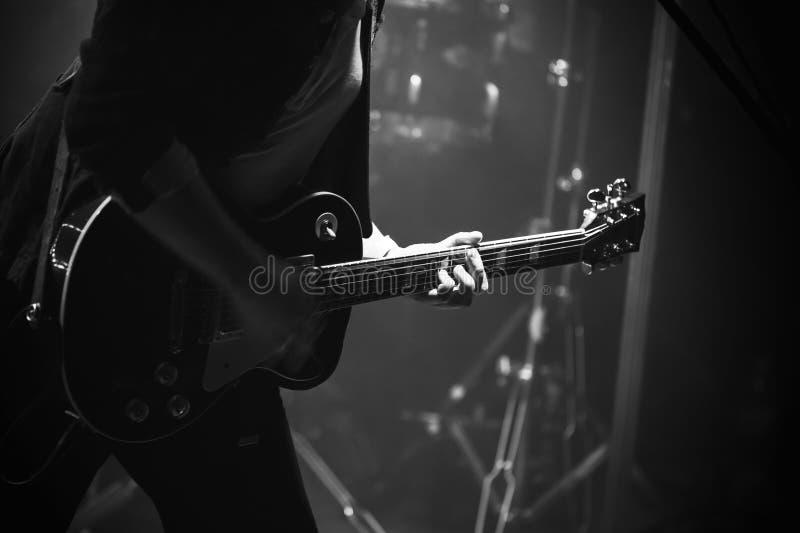 阶段的电吉他球员,单色 库存照片