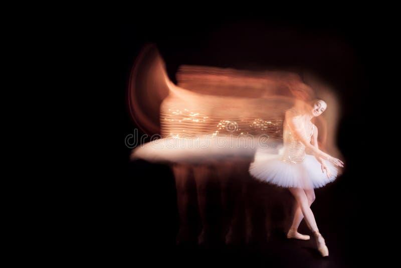 阶段的芭蕾舞女演员舞蹈家与剪影足迹 免版税库存照片