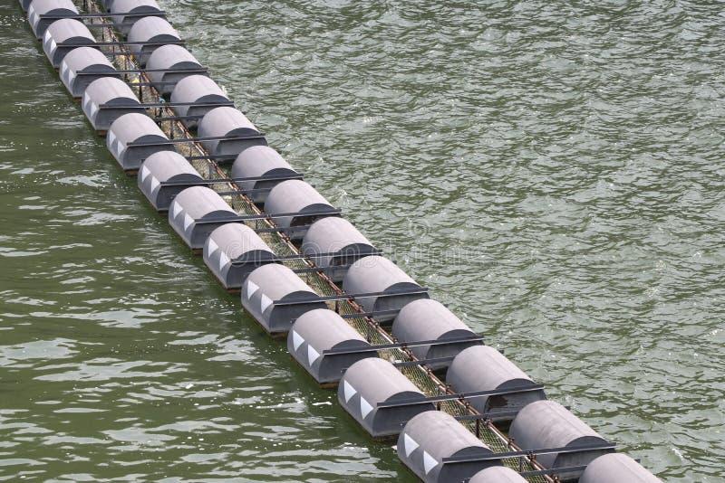 阻拦的残骸浮体在水坝附近 图库摄影