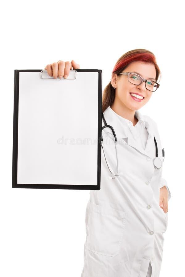 阻止一个空白的笔记薄的微笑的年轻医生 图库摄影