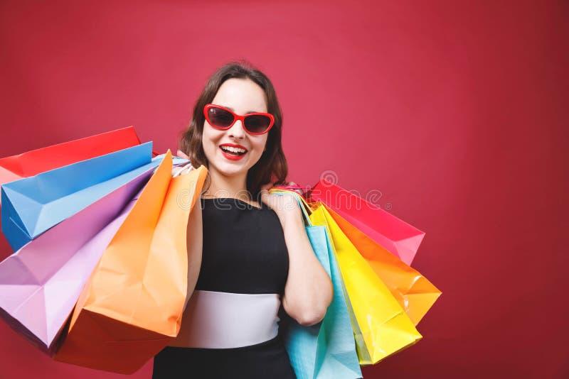 阻止许多购物袋的逗人喜爱的女孩 图库摄影