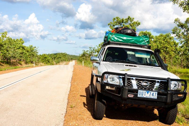 阿丽斯斯普林斯,澳大利亚- 2008年12月26日:坚持乡下公路的边旅游越野汽车,澳大利亚 免版税库存照片