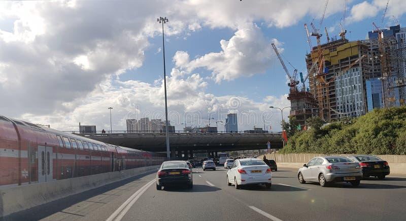 阿亚隆高速公路,早晨交通 建筑区域和skyscr 免版税图库摄影