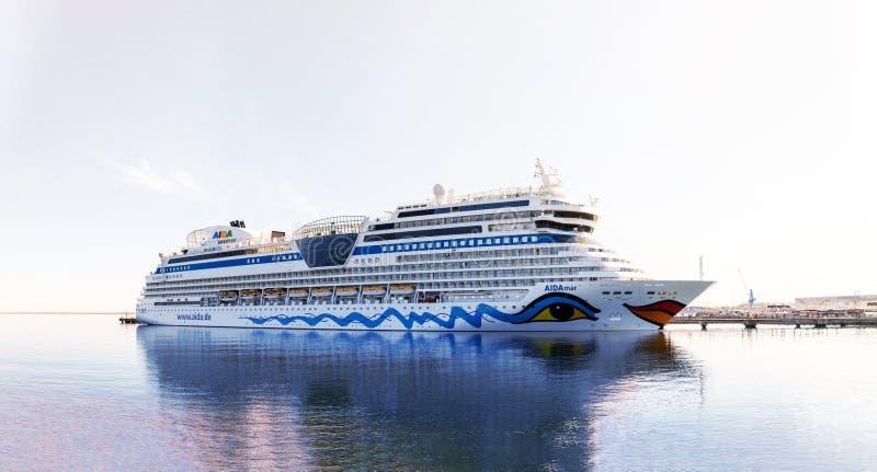 阿伊达巡航舰队的游轮在Vanasadam塔林港口靠码头的AIDAmar在爱沙尼亚 免版税库存照片