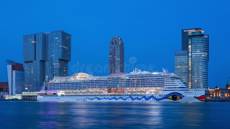阿伊达Perla cruiseschip停泊了在微明, Kop van Zuid鹿特丹,荷兰 库存图片
