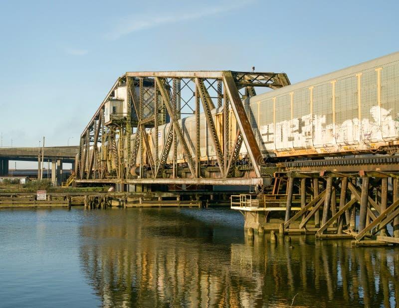 阿伯丁,华盛顿/美国- 2018年3月10日:皮吉特湾&和平的铁路Wishkah河桥梁是灰色的一个重要部分 图库摄影