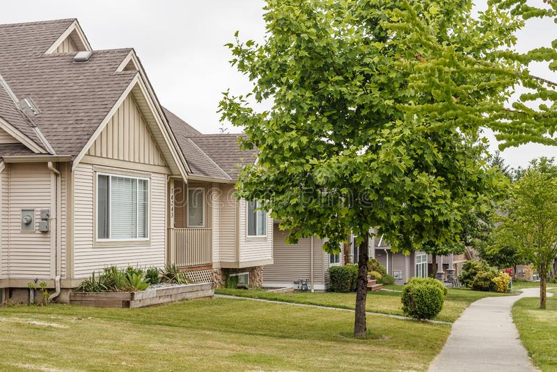 阿伯茨福德,加拿大- 2019年5月29日:小镇住宅住房街道视图在春天的 免版税库存照片