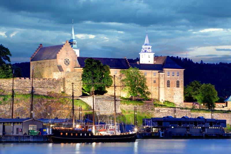 阿克什胡斯堡垒在晚上,奥斯陆,挪威 免版税库存照片