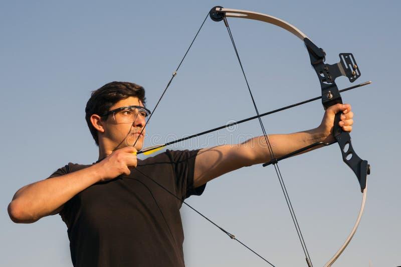 阿切尔画他的复合弓 免版税库存照片