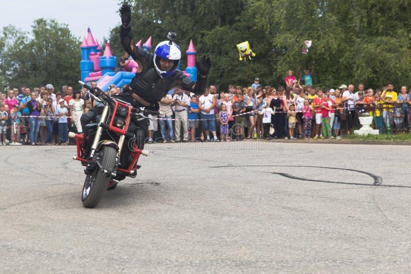 阿列克谢加里宁举他的胳膊并且欢迎访客 Moto展示在Verkhovazhye,沃洛格达州地区,俄罗斯 库存图片