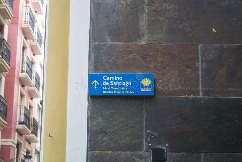 阿利坎特,西班牙- 2016年2月10日:与壳, Camino de圣地亚哥的标志的一个标志 免版税库存图片